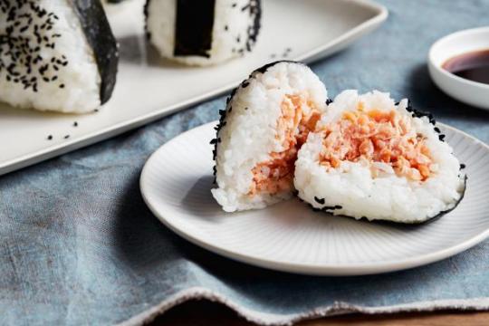 3 cách làm cơm nắm Nhật Bản đơn giản, ngon miệng, ngon mắt