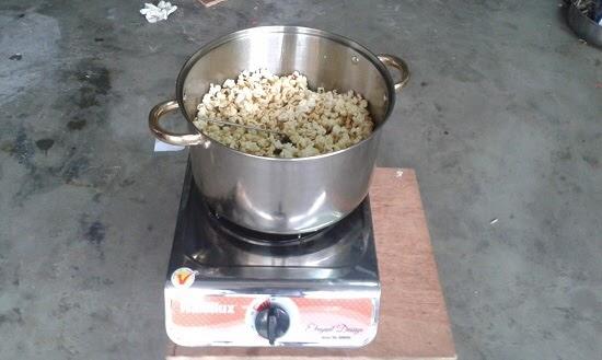 Chạy máy để làm bắp rang bơ