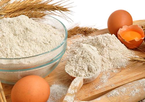 Chuẩn bị bột mì và bột chiên, trứng gà.