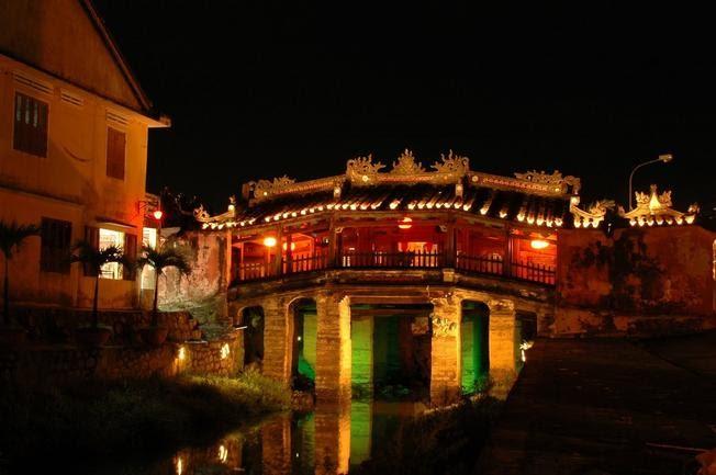 Chụp ảnh tại Chùa Cầu