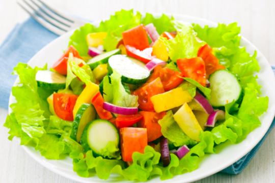 Hướng dẫn bạn làm salad tươi ngon, ngậy sốt ngon quên lối về