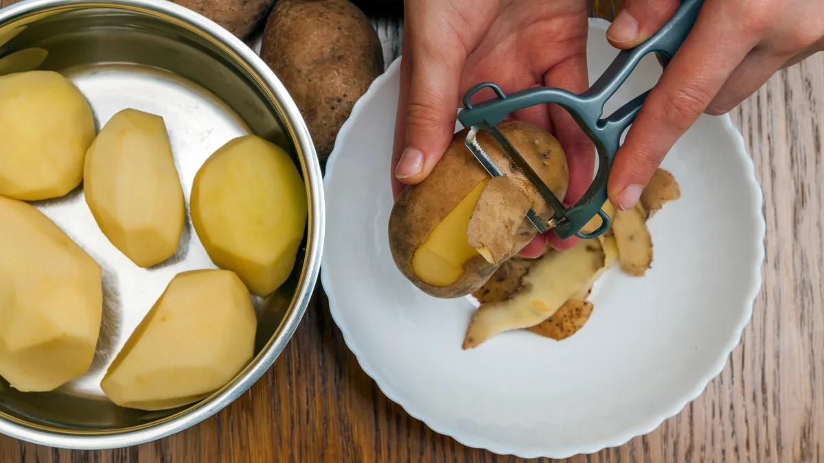 Rửa sạch và gọt vỏ khoai tây