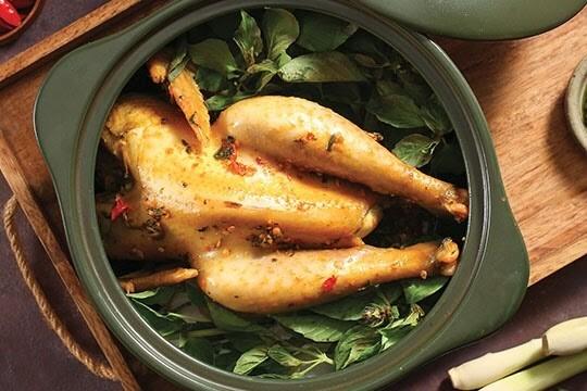 Bật mí bạn cách làm gà hấp lá é tốt cho sức khỏe